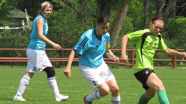 Fotbalová divize žen (skupina D) – 21. kolo: FK Spartak Kaplice (modré dresy) – TJ Hradiště 3:2 (2:1).