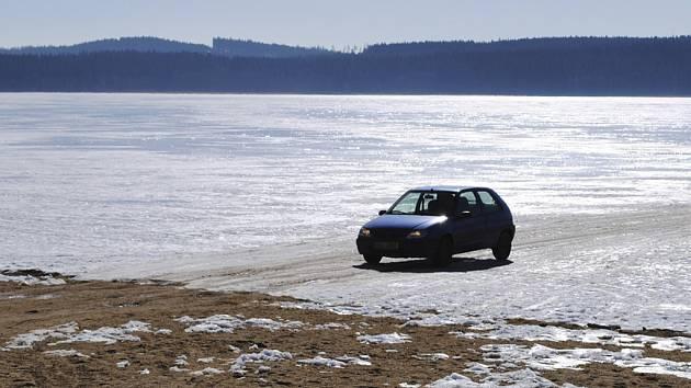 Řidiči riskovali život na ledě na Lipně.