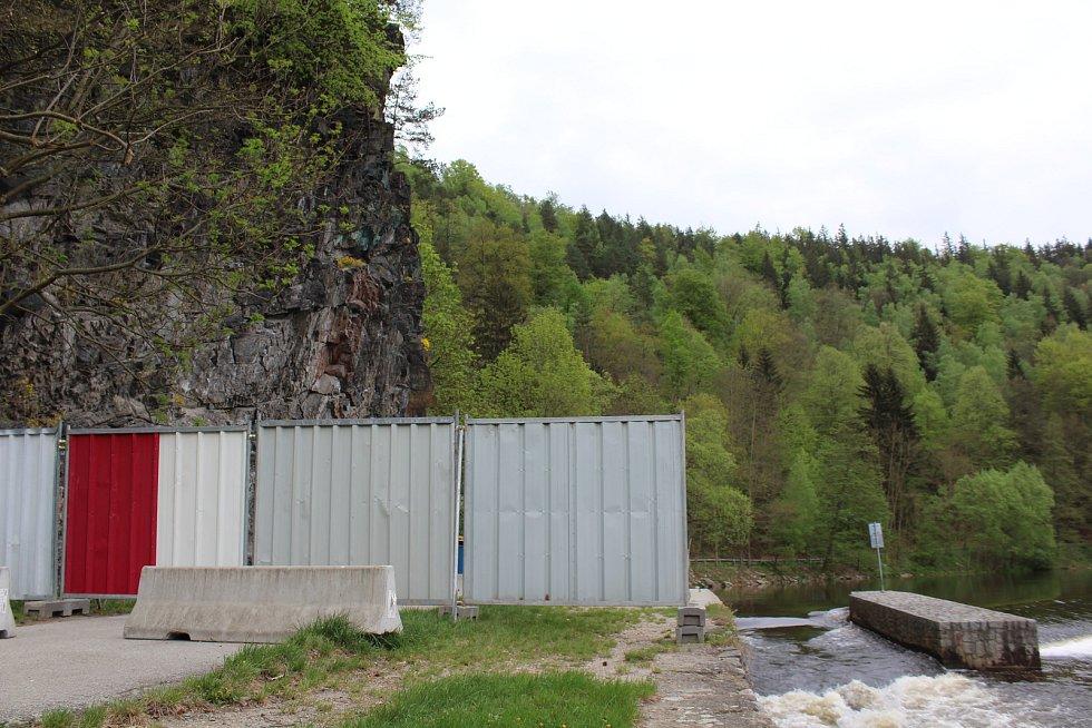 Lesy ČR nechaly skálu obehnat dvoumetrovým plotem, chodci a cyklisté zákaz vstupu pod masiv hrozící zřícením ignorovali.
