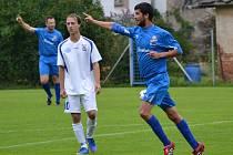 Frymburský útočník Stanislav Budík (vpravo, na snímku z derby v Loučovicích) se v domácím zápase s Ledenicemi trefil čtyřikrát, ale ani jeho příspěvek na výhru nakonec nestačil.