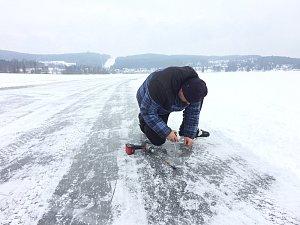 Správci bruslařské dráhy led měří denně na několika místech a upozorňují, že potřebnou tloušťku na hromadné bruslení ještě nemá.