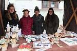 Děvčata z keramického kroužku prodávala své výrobky za symbolickou cenu, utržené peníze půjdou na materiál.