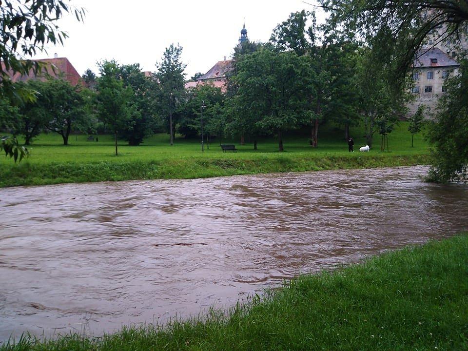 Řeka Polečnice v Českém Krumlouvě ve čtvrtek večer dosáhla prvního povodňového stupně.