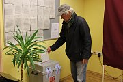 """Ve Věžovaté Pláni měli v pátek kvečeru volební účast kolem 35 procent. Odvolit na obecní úřad přišel také o hůlce druhý nejstarší občan Pláně 88letý Karel Čížek. """"Chodím k volbám pravidelně. """""""