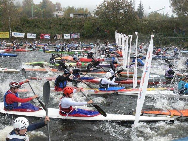 Šestý ročník Krumlovského vodáckého maratonu 2008 odstartoval v sobotu ve Vyšším Brodě úderem 11. hodiny.