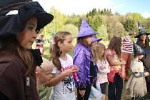 O posledním dubnovém večeru se besednické čarodějnice slétly na místním koupališti. Ještě předtím, než vzplála připravená vatra, čarodějky zápolily v tématických soutěžích.