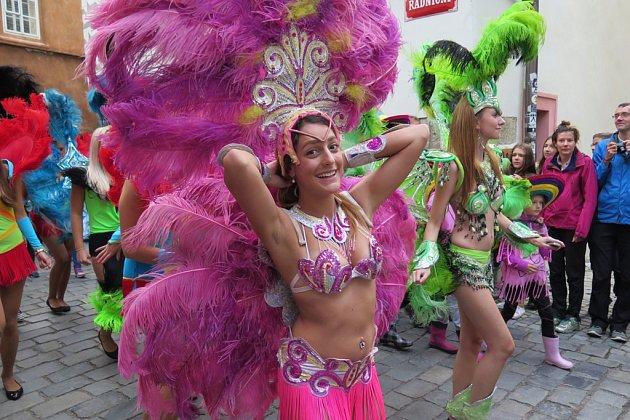 Karnevalový průvod Českým Krumlovem v rytmu Rio de Janeiro.