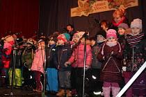 Na krumlovském náměstí Svornosti před koledami vystoupily děti z MŠ Plešivec I a folklórní soubor Pětilístek.