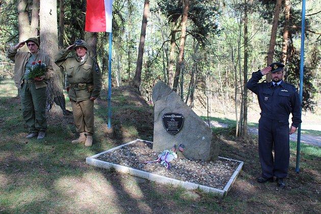 Setkání a pietní akt u pomníčku zavražděným americkým vojákům ve Zdíkách.