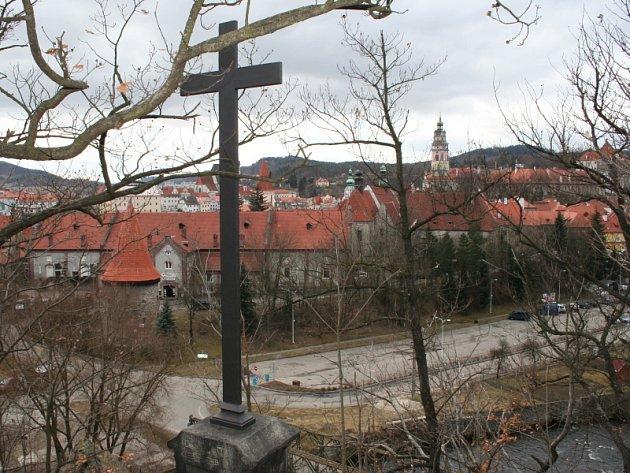 V devatenáctém století byl prý kříž nejdříve dřevěný, poté litinový. Ale vždy pouze a jen černý.