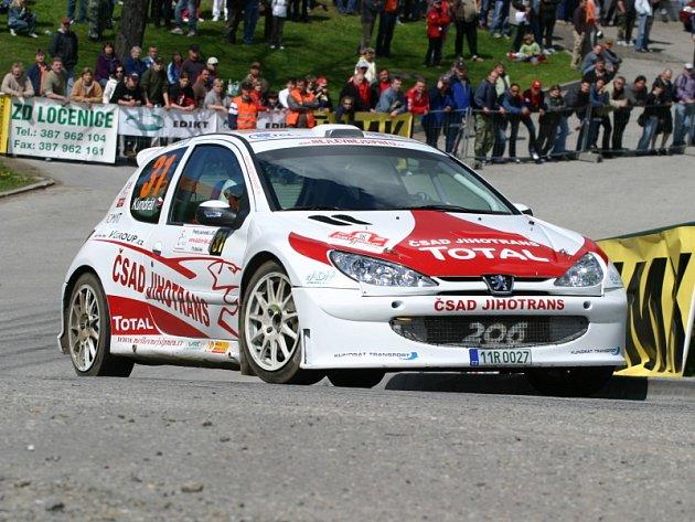 Premiéru s pronajatým Peugeotem 206 S1600 přirovnal Pavel Kundrát (snímek z RZ Malonty) k manipulaci s odjištěnou pistolí, která mu za dva dny pořádně vytahala ruce. Do cíle dorazili Kundrát a Poláček bez škrábanců na 7. místě ve třídě A6.