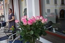 Setkání rožmberských žen v kavárně na náměstí.