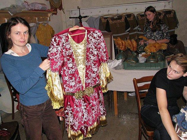Příprava festivalu v pátek běžela na plné obrátky. Upravovaly se i některé z kostýmů, jež budou mít pěvci dnes a zítra na sobě. Na snímku režisérka Zuzana Vrbová (vlevo).