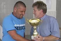 Pohár pro přeborníky okresu za sezonu 2011/12 z rukou předsedy OFS Václava Domina (vpravo) převzal kájovský matador Zdeněk Šváb.