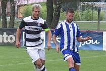Fotbalisté Kaplice si s přehledem poradili se Sousedovicemi. Na snímku bojuje kaplický kapitán Josef Gondek (vlevo) s hostujícím Lukášem Dubou.
