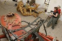 Restaurování saní z poloviny osmnáctého století momentálně vrcholí v prostorách konírny na českokrumlovském zámku.