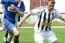 Zkušený kaplický kapitán Petr Janura (před hostujícím Jakubem Falcem) asistoval u trefy Spartaku na 2:1, ale po závěrečném hvizdu se z bodů radovali Velešínští.