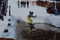 Šestačtyřicet nadšenců na lyžích a na snowboardech zakončilo zimní sezónu stylově, velikonočním přejezdem Lipenské louže.