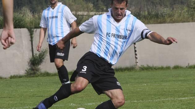 U všech čtyř branek Frymburku při výhře nad Strunkovicemi byl kapitán Josef Micák (u míče) a vysloužil si velkou pochvalu trenéra.