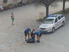 Hlídka Městské policie Český Krumlov zadržela hledaného muže na nádvoří českokrumlovského zámku.