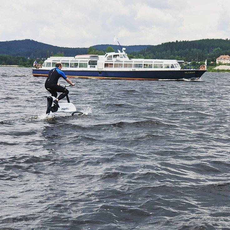 Závodníci na elektrokolech pluli v sobotu po vodě Lipna.