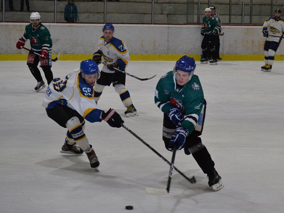 Čtvrtfinále KL mužů: HC Slavoj Český Krumlov (zelené dresy) – HC Vajgar Jindřichův Hradec 2:4 a 3:4.
