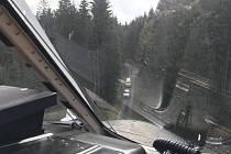 V lesích na Lipensku se zranil muž motorovou pilou na krku. Na místě zasahovala také posádka letecké záchranné služby.