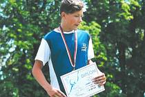 Kaplický běžecký talent Jakub Janda se na stupních těší z krajského stříbra.