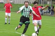Okresní přebor - 15. kolo: FC Vltava - TJ Hraničář Malonty 0:0 (zprava v souboji domácí Ludvík Sojka a hostující Karel Beutl).