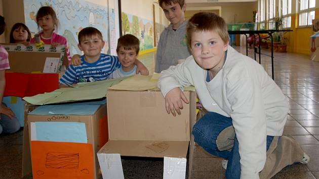 Žáci 2. B Základní školy Fantova v Kaplici u svých modelů nízkoenergetických domů, při jejichž stavbě se inspirovali přednáškou architekta Martina Ertla.