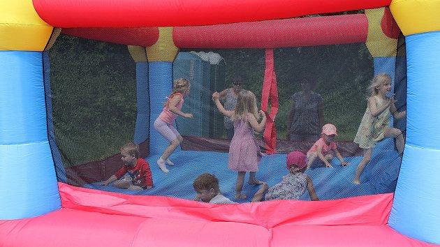 Letní zábavné odpoledne si u Vltavy užili Rájovští