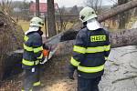 Krumlovští dobrovolní hasiči od stromů vyčistili silnici ve Vyšném.