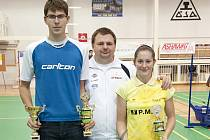 Krumlovská výprava Jaromír Janáček, trenér Radek Votava a Lucie Černá měla po skončení domácího juniorského šampionátu rozhodně důvod k úsměvům.