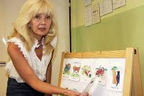 Lidem pomáhala už jako zdravotní laborantka. Dálkově pak vystudovala speciální pedagogiku. Na snímku je Žena českokrumlovského regionu Jiřina Bártová ve své ordinaci.