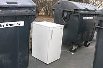 Vyhozená lednička není novým kontejnerem určeným jen pro bílé zboží, ale černou skládkou.