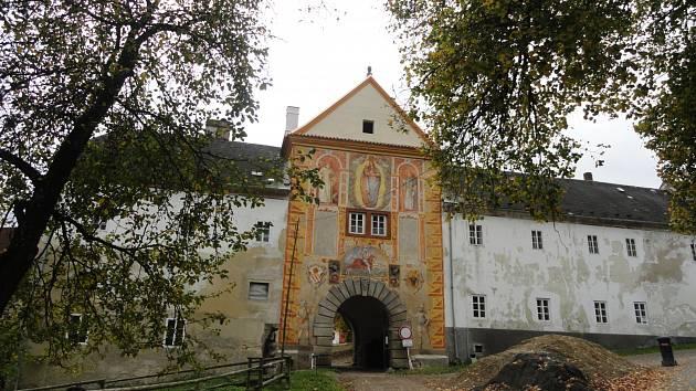 Vyšší Brod a Rožmberská brána.