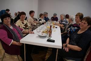 Novoroční posezení obyvatel Netřebice v novém sále obecního úřadu.