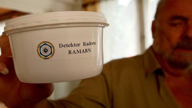 Detektor zjišťující výskyt radonu. Ilustrační foto.