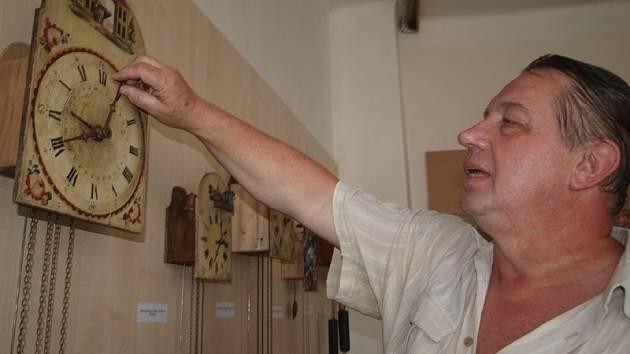 Václav Fučík z Českého Krumlova sbírá hlavně hodiny tzv. schwarzwaldského typu, jejichž charakteristickým znakem je štít nad ciferníkem.