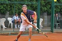Tenista Martin Minárik z Křemže od letošního roku nastupuje v barvách LTC České Budějovice, kde se uvedl obhajobou titulu jihočeského přeborníka v kategorii dorostu.