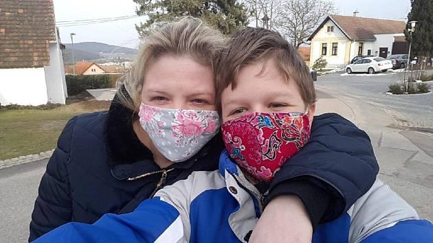 Alena Gondeková se synem Tomášem vyráběli roušky pro kohokoliv, dokud měli materiál.