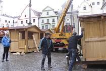 Na českokrumlovském náměstí jsou přípravy na zahájení adventu v plném proudu.
