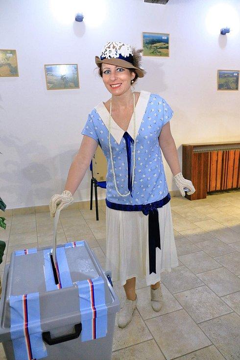 Stylově se k volbám v Benešově oblékly i dámy a mezi nimi i dámy z Brna, které na obecném plese pak předváděly dobové modely.