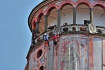 Krumlovská zámecká věž se oblékla do pláten s obrazy