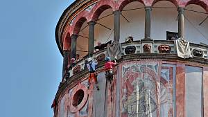 Malované niky na krumlovské zámecké věži zdobí obří plátna