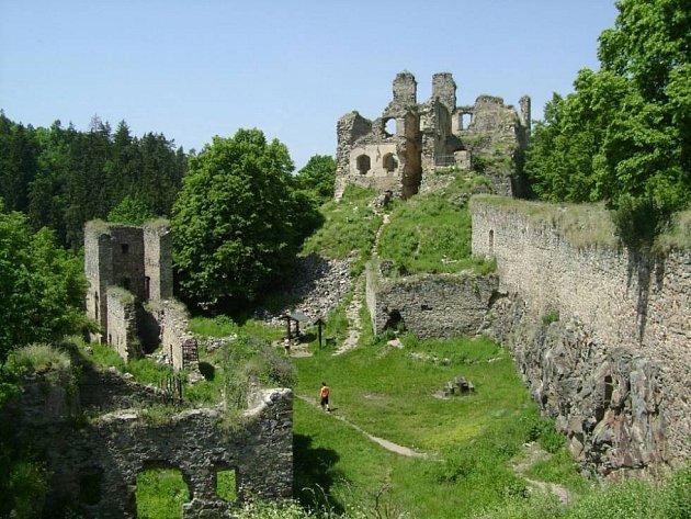 OBĚD NA HRADĚ. Letos si návštěvníci budou moci zapůjčit gril a grilovat v prostorách zříceniny hradu.