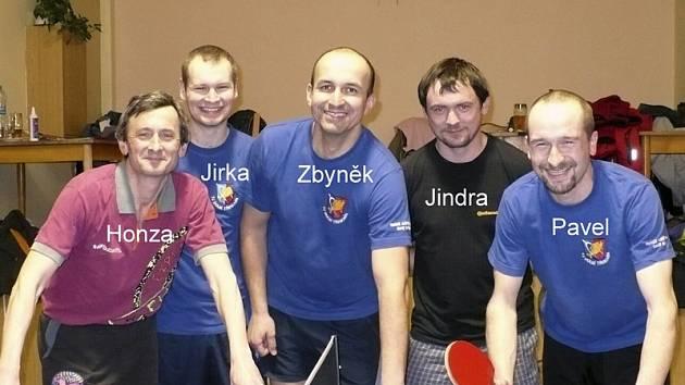 Tabletenisté TJ Dolní Třebonín se stali vítězi okresní soutěže a postoupili  mezi okresní elitu. Na snímku zleva: Jan Cipín, Jiří Rytíř, Zbyněk Hajný, Jindřich Mráz a Pavel Klouček.