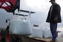 I když na Josefa opět na Českokrumlovsku začaly poletovat vločky, zemědělci zahájili první jarní práce. Například pracovníci zemědělské společnosti Zemos Zubčice nedaleko Harazima dusíkatým hnojivem přihnojovali řepku.