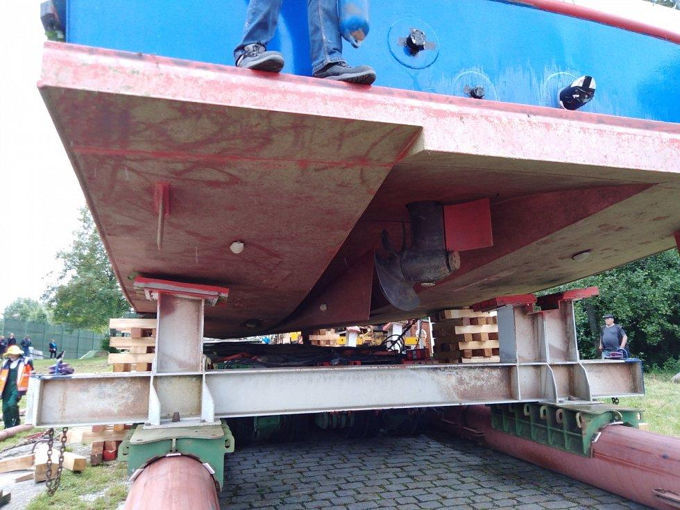 Loď stojí ve 14.30 na špalcích, za chvíli odjede podvalník.