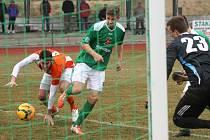 V jihočeském derby mezi krumlovským Slavojem a roudenskou Malší naposledy v březnu slavili zelenobílí těsnou výhru 1:0, kterou zařídil Martin Dudák (v této chvíli skóruje přes snahu bránícího Turka).